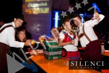 Mesas cerveceras, las mesas plegables alemanas de Alpinholz