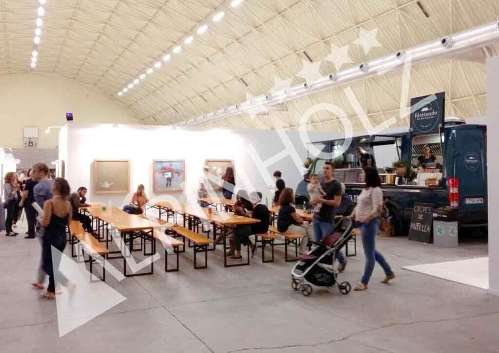 Mesas y bancos plegables de madera para catering de Alpinholz