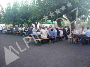 Alquiler de mesas y bancos plegables de madera para eventos de empresa