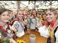 Mesas cerveceras auténticas de la Oktoberfest