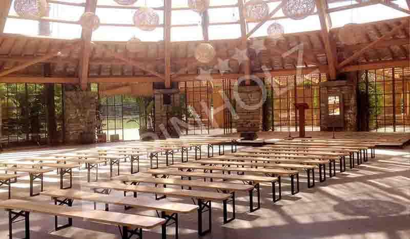Mesas y bancos plegables de madera para eventos